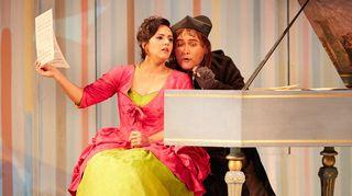 Rosina, tohtorin holhokki (Daniela Mack, mezzosopraano) ja Kreivi Almaviva alias Lindoro alias laulunopettaja Don Alonso (Javier Camarena, tenori )