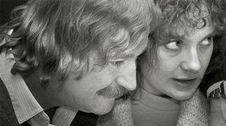 Leobold Bloomia ja hänen vaimoaan Marionia esittävät Ossi Ahlapuro ja Rea Mauranen. Kuva: Leif Öster/Yle