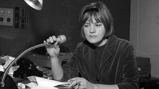 Annikki Laaksi Yleisradiossa työssään 1963. Kuva: Ruth Träskman/YLE.