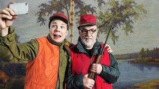 Radiotetteri esittää: Hirvimetsä. Kuvassa Verneri Lilja (Simo) ja Raimo Grönberg (isä).