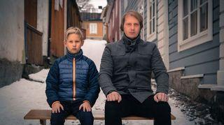 Radioteatteri esittää: Muunnelma. Kuvassa lapsi (Veikko Järvi) ja isä (Juha Pulli)