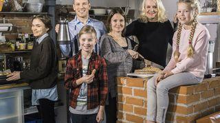 Radioteatteri esittää: Kolme kotia. Kuvassa (vasemmalta oikealle): Minna (Marjut Maristo), Kari (Antti Holma), Tuomas (Milo Snellman), Riitta (Lotta Kaihua), Aino-mummi (Miitta Sorvali), Veera (Siiri Siivonen).