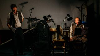 Live-kuunnelma Paaria. Tobias Zilliacus, pöllö ja Hannu-Pekka Björkman.