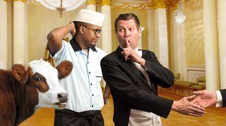 Radioteatteri esittää: Linnan juhlat. Rooleissa mm. Husu eli Mohamed Abdirahim Hussein ja Martti Suosalo (kuvassa).