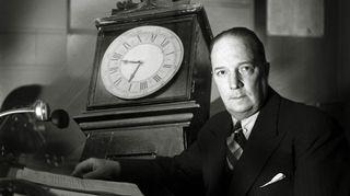 Radioteatteri esittää: Könnin kello (1946). Kuvassa kuunnelman ohjaaja Markus Rautio.