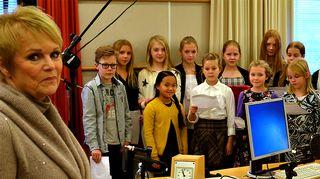 Katri Helena ja Helsingin Kaisaniemen ala-asteen 5C-luokan oppilaita.