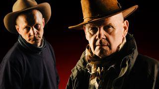 Wade (Markku Maalismaa) ja sheriffi McGee (Antti Litja).