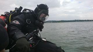 Meriarkeologi Minna Leino valmiina sukellukseen.
