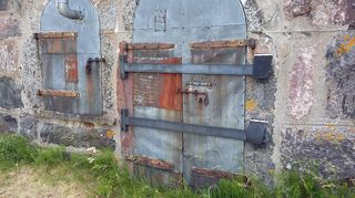 Tulenteko ja maan kaivaminen ehdottomasti kielletty räjähdysvaaran vuoksi. Vallisaaren maastossa on räjähtämättömiä ammuksia 1930-luvun onnettomuuden jäljiltä. Vanhoissa tsaarinaikaisissa rakennuksissa on sortumisvaara. Remonttirahoja odotellaan...