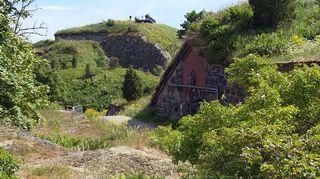 Puolustusvoimien vanhoja maakattoisia varastoja Vallisaaressa ei ole vielä ehditty kunnostaa.