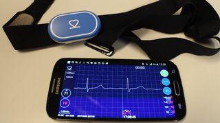 Kuva 2. VTT:n kehittämä EKG-laite sykevyössä sekä älypuhelimen näytöllä sovelluksen välittämä kuva normaalista sydämen rytmistä.