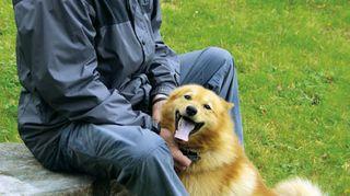 Todellisia tarinoita -sarjan dokumentissa tavataan Kaapo, yhden isännän koira. Isäntä on Eero Valkonen. Kuva: Ossi Wallius