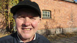 Reissun kohokohta oli vanhojen paikkojen tutkiminen Riihimäen varuskunnan alueella. Taka-alalla olevassa rakennuksessa Matti muisteli hoitaneensa armeijan hevosia ollessaan palveluksessa 1960-luvulla.