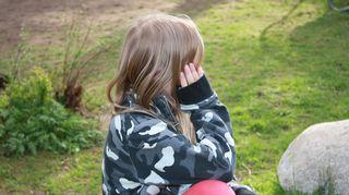 Todellisia tarinoita: Orjuus sisälläni. Kuvituskuvassa pikku tyttö istuu maassa ja katsoo toisaalle.