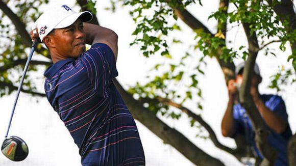 Tiger Woods lyö palloa.