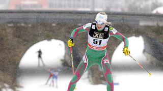 Kaisa Mäkäräinen hiihtää ylämäessä.