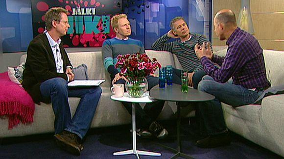 Aki Riihilahti, Saku Tuominen ja Kaj Kunnas Aamu-tv:n sohvalla.