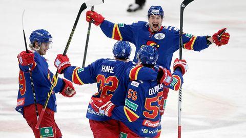 Tomi Mäki (takana) ja kumppanit juhlivat Jokerien historiallista, ensimmäistä KHL-pudotuspelivoittoa Areenalla 28.2. 2015.