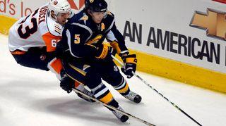 New York Islandersin Josef Vasicek (vas.) ja Buffalo Sabresin Toni Lydman.
