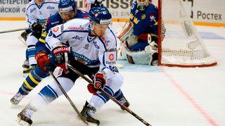 Suomen jääkiekkomaajoukkueen Oskar Osala pitää kiekkoa.