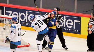 Janne Pesonen taistelee Ruotsin maalilla.