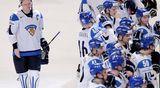 Pettynyt Suomen joukkue siniviivalla.