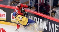 Ruotsin ja Sveitsin pelaajat taistelevat kulmauksessa.