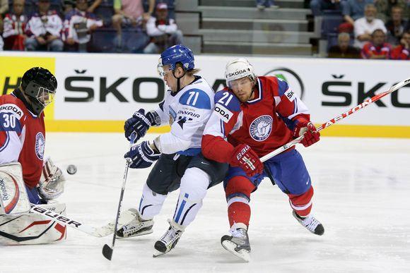 Video: Suomen ja Norjan pelaajat taistelevat Norjan maalin edessä.