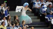 Kannattaja pukeutunut cheerleaderiksi.
