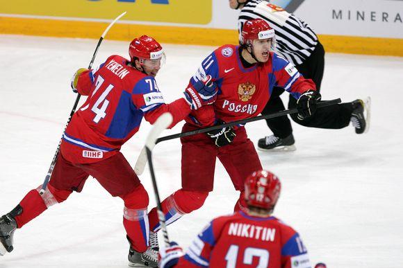 Jevgeni Malkin tuulettaa 1-1-tasoitusta.