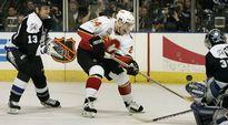 Calgary Flamesin Ville Nieminen (kesk.) ajaa maalille.