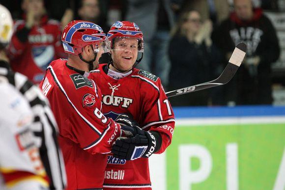 HIFK:n Kimmo Kuhta onnittelee Roope Talajaa