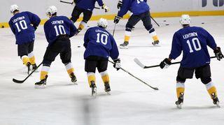 Bluesin kotihallissa odotetaan kuumeisesti Jere Lehtisen pelipaidan jäädytystilaisuutta.