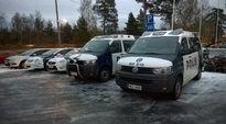 Poliiisiautot ottivat HIFK-fanit vastaan Kuparisaaressa.