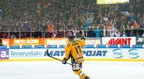 Ville Nieminen kiittää yleisöä Hakametsässä