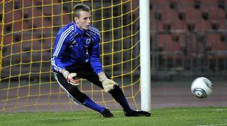 Lukas Hradecky torjuu palloa
