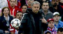 Video: Chelsean manageri José Mourinho pitää palloa kädessään kentän laidalla.