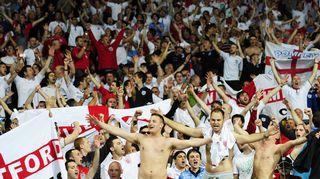 Englannin fanit kokoontuneena seuraamaan ottelua.