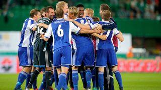 HJK:n pelaajat juhlivat voittoa.