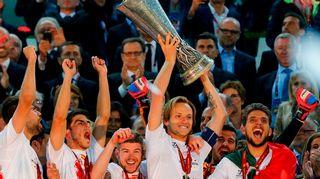 Viime kaudella Eurooppa-liigan mestaruuspokaalia nostelivat Sevillan pelaajat.