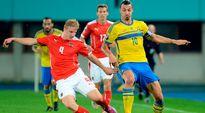 Itävallan Martin Hinteregger (vas.) ja Ruotsin Zlatan Ibrahimovic (oik.) tavoittelevat palloa.