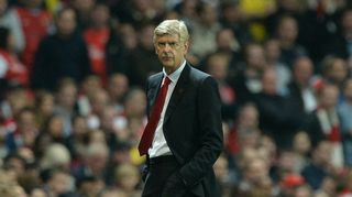 Arsenalin manageri Arsène Wenger kädet taskussa.