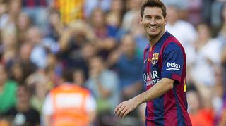 Barcelonan Lionel Messi hymyilee kentällä.