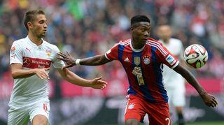 Bayern Münchenin David Alaba (oik.) tavoittelee palloa. Vfb Stuttgartin Leon Goretzka (vas.) seuraa.