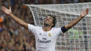 Raúl tuulettaa maaliaan Real Madridin paidassa.