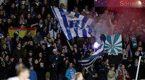 HJK:n fanit Töölön jalkapallostadionilla.