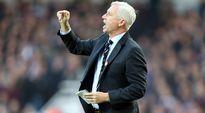 Newcastlen manageri Alan Pardew kentän laidalla.