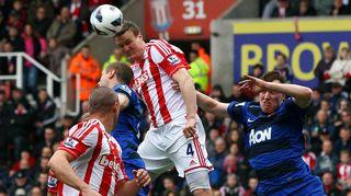 Stoken Robert Huth nousee pääpalloon Manchester Unitedia vastaan.