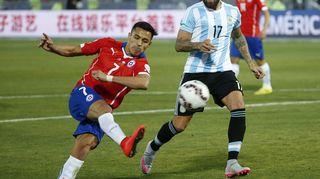 Rangaistuspotkukisassa voittomaalin laukonut Chilen hyökkääjä Alexis Sanchez ja Argentiinan puolustaja Nicolas Otamendi kamppailemassa pallosta.