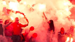 HIFK-faneja soihtujen kanssa.